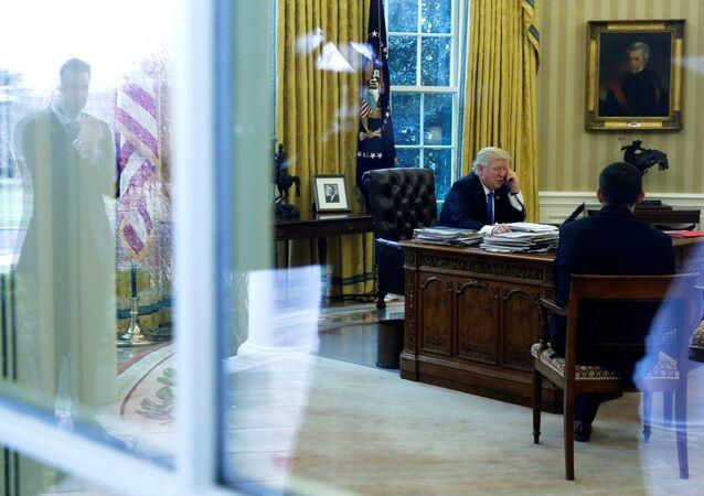 Donald Trump, presidente de EEUU, durante una conversación telefónica en el despacho oval (archivo)