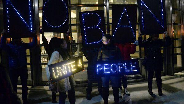 Los manifestantes contra el nuevo decreto de Trump en EEUU - Sputnik Mundo