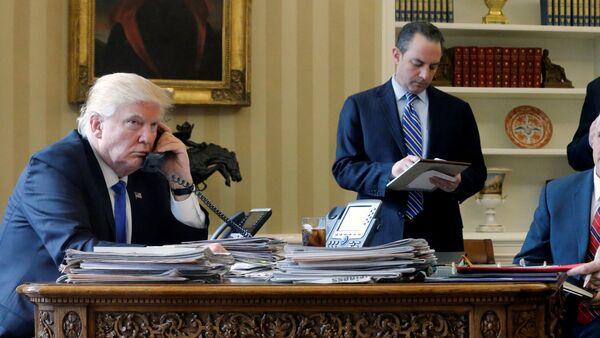 El despacho oval durante la conversación telefónica con Vladímir Putin. De izquierda a derecha: Donald Trump, presidente de EEUU; Reince Priebus, exjefe de Gabinete de la Casa Blanca; el vicepresidente Mike Pence; Steve Bannon (al fondo), estratega jefe de la Casa Blanca y consejero presidencial; Sean Spicer, exsecretario de prensa de la Casa Blanca y director de Comunicaciones de Donald Trump; Michael Flynn, exdirector del Consejo de Seguridad Nacional de EEUU. - Sputnik Mundo
