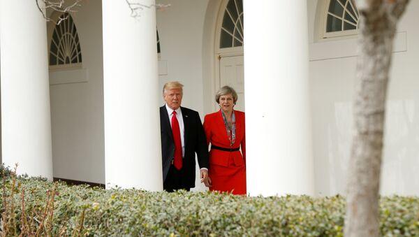 El presidente de EEUU, Donald Trump, y la primera ministra de Reino Unido, Theresa May - Sputnik Mundo