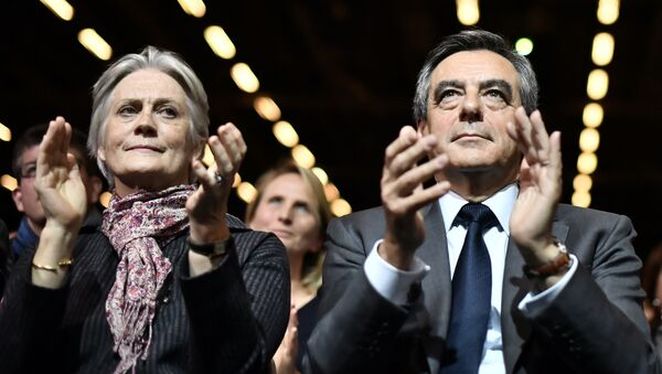 (FILES) This file photo taken on November 25, 2016 shows Francois Fillon (C), candidate for the right-wing primaries ahead of the French 2017 presidential election, and his wife Penelope (L) attending a campaign rally in Paris, ahead of the primary's second round on November 27 - Sputnik Mundo