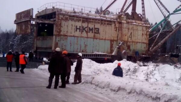 Paseo de una excavadora gigante por caminos de los Urales - Sputnik Mundo
