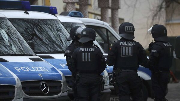 German special police forces stand guard in front of Frankfurt's Bilal mosque during early morning raids in the federal state of Hesse and its capital Frankfurt, Germany, February 1, 2017 - Sputnik Mundo