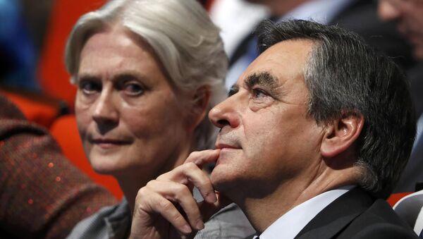 El candidato presidencial de la derecha francesa François Fillon con su esposa  Penelope Fillon - Sputnik Mundo