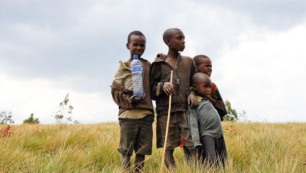 Niños africanos con agua potable - Sputnik Mundo