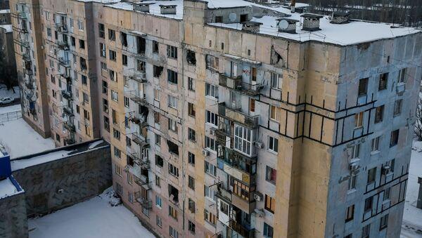 Edificio destruido por bombardeos en este de Ucrania - Sputnik Mundo