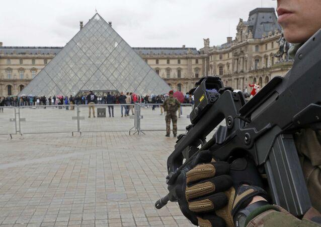 Los militares franceses durante una patrulla cerca de Louvre (archivo)