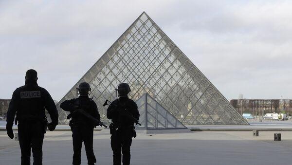 Policías franceses cerca de Louvre tras el tiroteo - Sputnik Mundo