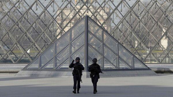 Policías franceses cerca de Louvre tras un ataque - Sputnik Mundo