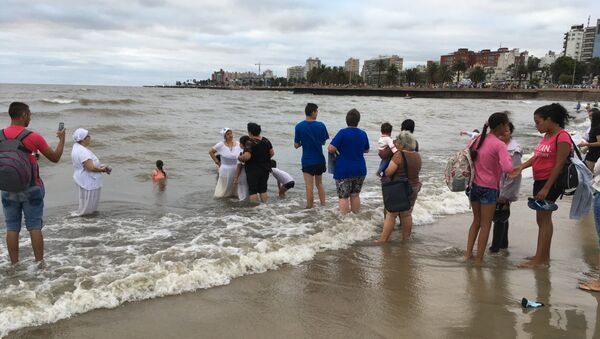 Personas hacen fila para recibir la curación de una mae durante la Fiesta de Yemayá en Montevideo - Sputnik Mundo