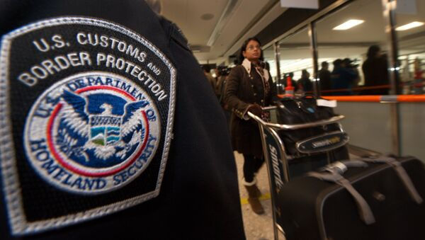 An international air traveler (r) clears US Customs and Border Protection declarations to enter the United States in the US Customs and Immigration area at Dulles International Airport(IAD) , December 21, 2011 in Sterling, Virgina, near Washington, DC - Sputnik Mundo