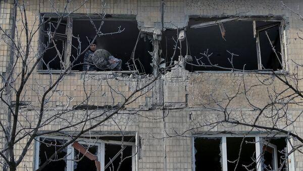 Edificio destruido por bombardeos en el este de Ucrania - Sputnik Mundo