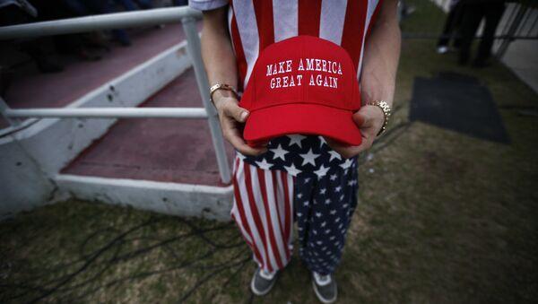 Una gorra con la inscripción 'Make America Great Again' - Sputnik Mundo