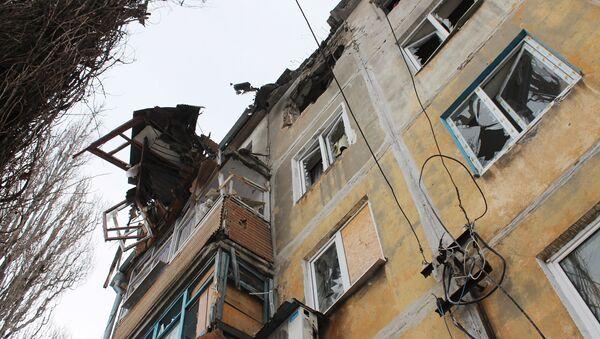 Edificio destruido por bombardeos en Donbás - Sputnik Mundo