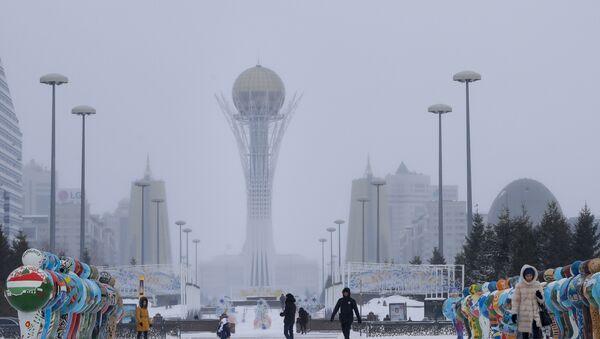 People walk in a street in Astana, Kazakhstan, Wednesday, Jan. 25, 2017 - Sputnik Mundo