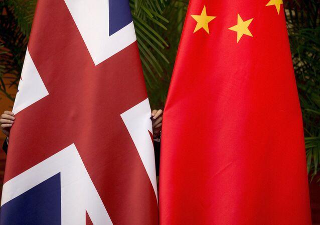 Banderas del Reino Unido y de China