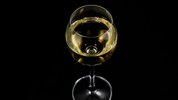 Una copa de vino blanco (imagen referencial) - Sputnik Mundo