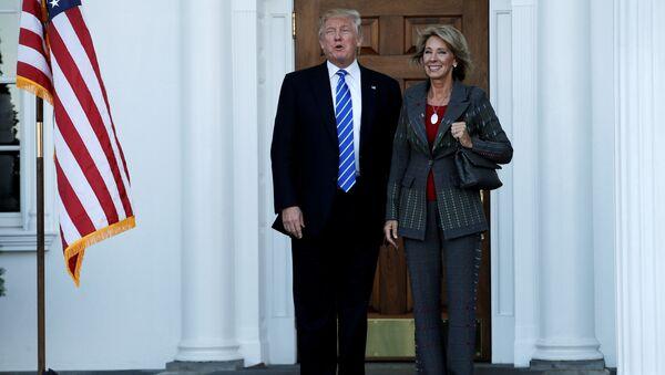 Donald Trump y Betsy DeVos - Sputnik Mundo