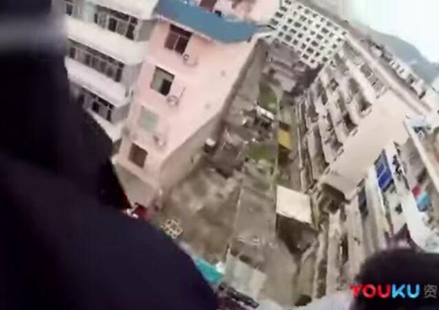 Hombre chino salva la vida de su mujer al sujetarla por el pelo
