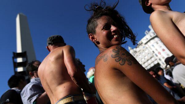 Mujeres muestran sus pechos en una manifestación en Buenos Aires, Argentina - Sputnik Mundo