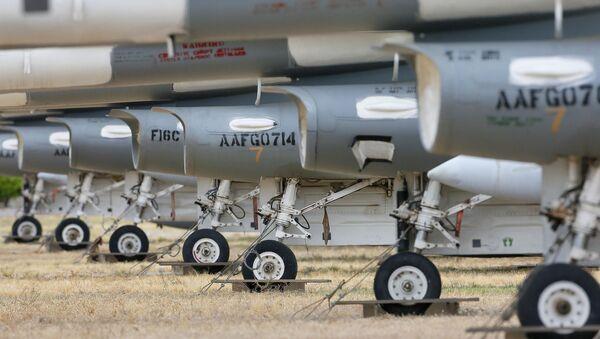 Aviones F-16 Fighting Falcons en el 309º Grupo de Mantenimiento y Recuperación Aeroespacial, Arizona, EEUU, 21 de marzo de 2015 - Sputnik Mundo