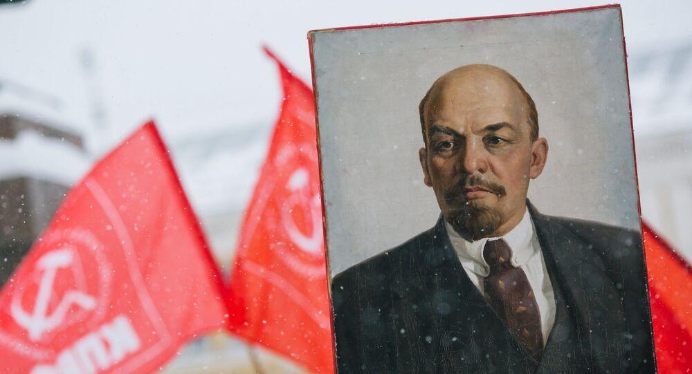 El retrato de Vladimir Lenin en una demostracion con motivo del aniversario de la Gran Revolucion de Octubre en 2016