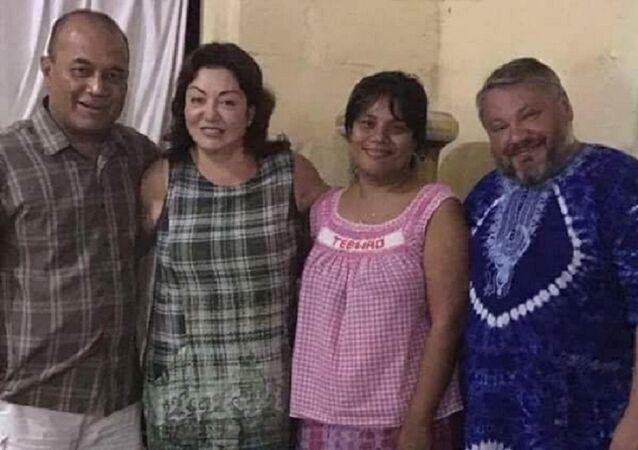 El empresario ruso Antón Bákov, su esposa Marina, el ministro de Medio Ambiente de Kiribati, Tebao Awerika, con su esposa Terengaiti