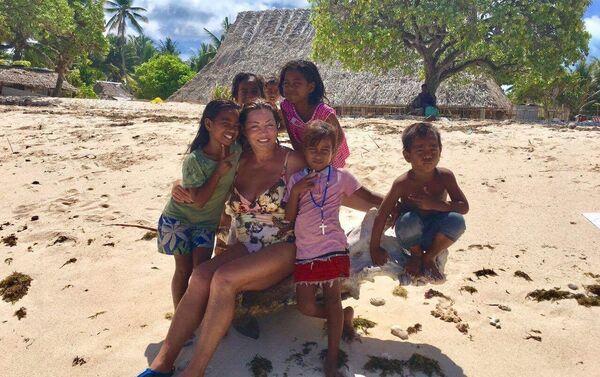 La esposa del empresario ruso Antón Bákov, Marina, en Kiribati - Sputnik Mundo