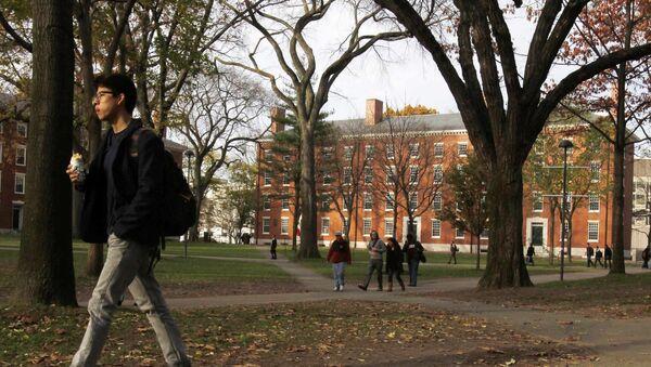 A student walks through Harvard Yard at Harvard University in Cambridge, Massachusetts, in this file photo taken November 16, 2012 - Sputnik Mundo