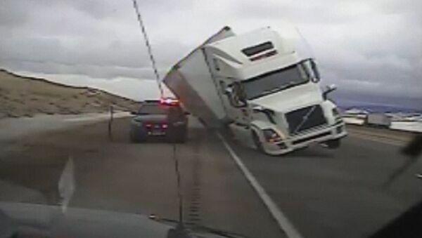 Grande y torpe: un camión aplasta a un automóvil de patrulla en EEUU - Sputnik Mundo
