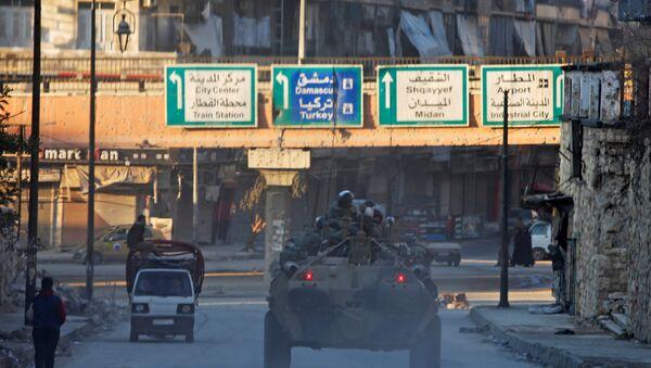 Soldados rusos patrullan las calles de Alepo, Siria - Sputnik Mundo