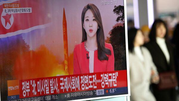 Noticias surcoreanas informan sobre un ensayo de un misil balístico norcoreano (archivo) - Sputnik Mundo