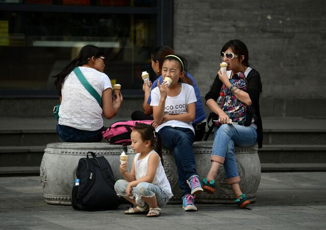 La gente comiendo helado en China