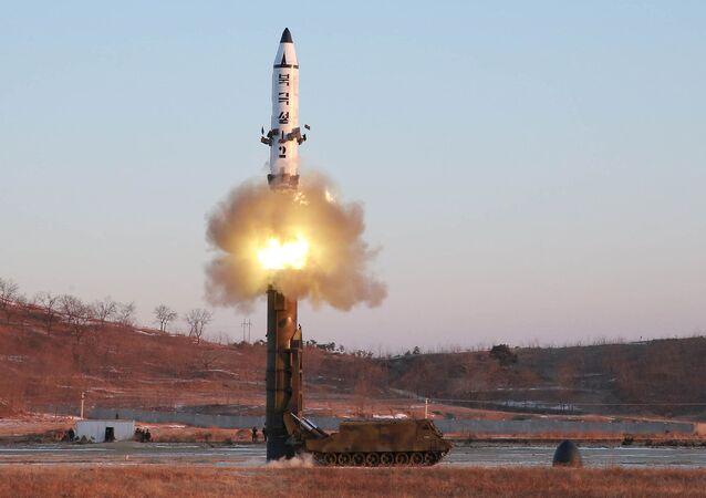 El lanzamiento del cohete Pukguksong-2 por Corea del Norte