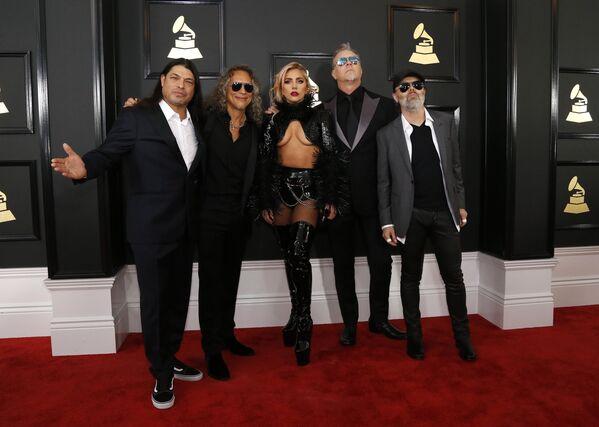 Sensuales, provocadores y excéntricos: los trajes de los Grammy 2017 - Sputnik Mundo