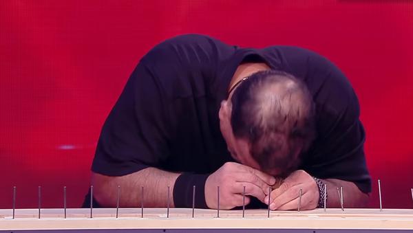 Un estadounidense clava 38 clavos a cabezazos en 2 minutos - Sputnik Mundo