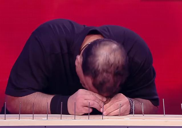 Un estadounidense clava 38 clavos a cabezazos en 2 minutos