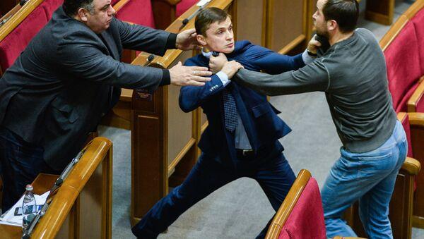 Una pelea entre los diputados ucranianos en la Rada Suprema (imagen referencial) - Sputnik Mundo