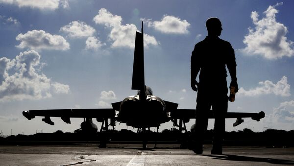 In this Thursday, Sept. 22, 2016 photo, a British soldier walks by a Typhoon aircraft before take off for a mission in Iraq, at RAF Akrotiri, near the southern coastal city of Limassol, in Cyprus - Sputnik Mundo