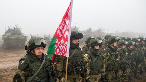 Militares bielorrusos durante maniobras - Sputnik Mundo