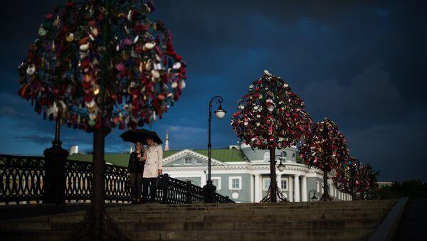 En el Puente Luzhkov, en Moscú, árboles de metales sostienen los candados del amor - Sputnik Mundo