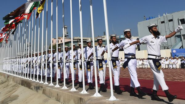 Pakistani Naval personnel march during a flag-hoisting ceremony for the navy's Multinational Exercise AMAN-17 in Karachi on February 10, 2017 - Sputnik Mundo