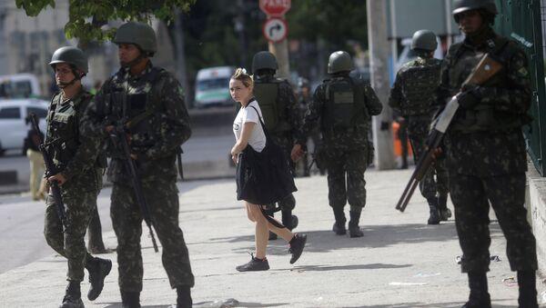 Brazilian Army soldiers patrol Brazil Avenue in Rio de Janeiro, - Sputnik Mundo