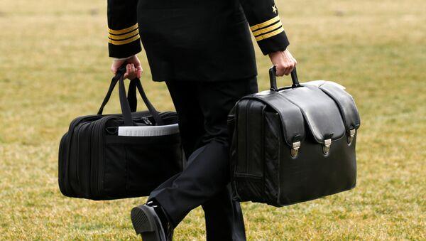 Un asesor del presidente de EEUU lleva la 'pelota nuclear' (Archivo) - Sputnik Mundo