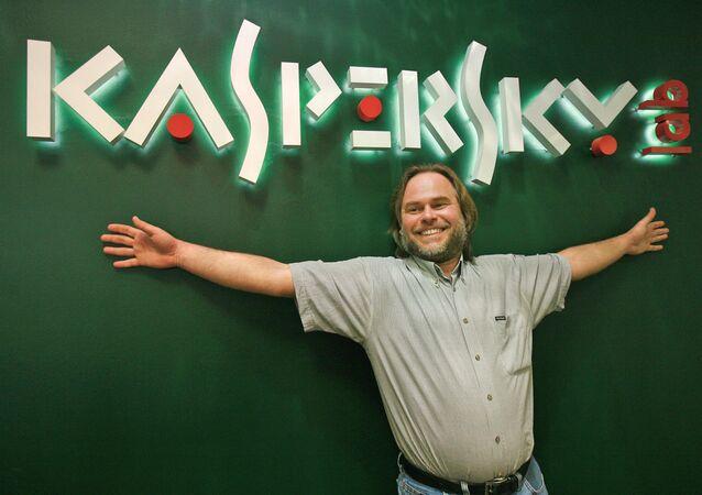Logo de Kaspersky Lab y el director general de la compañía, Evgueni Kaspersky