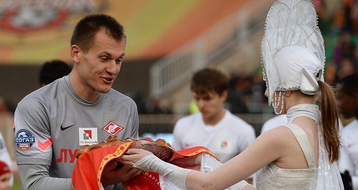 El guardametas del equipo ruso Spartak, Artiom Rebrov, es recibido con honores según la tradición rusa 'Con Pan y Sal', 9 de abril de 2015.