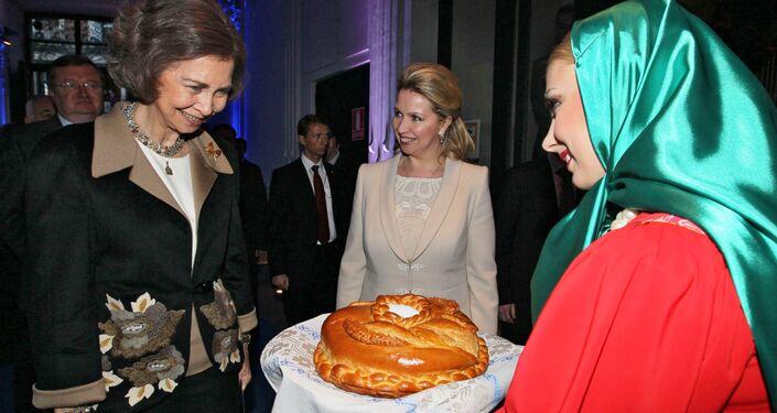 La reina consorte de España, Sofía, es recibida 'Con Pan y Sal' en el Centro Ruso de Ciencia y Cultura, Madrid, 5 de diciembre de 2011.