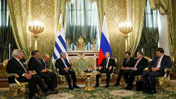 El presidente de Rusia, Vladímir Putin con su homólogo de Uruguay, Tabaré Vázquez - Sputnik Mundo