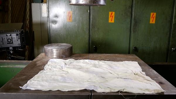 Cómo doblar ropas con una prensa hidráulica - Sputnik Mundo