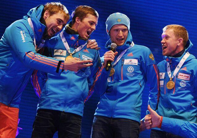 Biatletas rusos durante la ceremonia de entrega de medallas